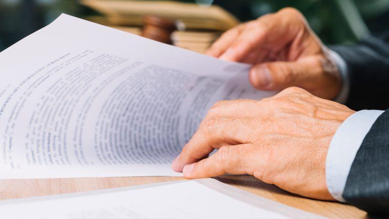 abogado-revisando-testamento-sucesion
